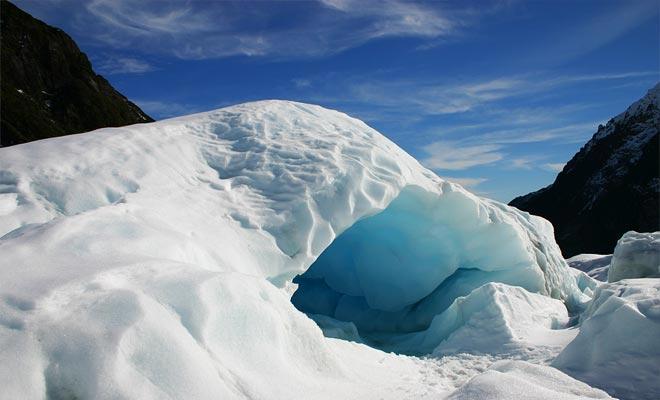 Las cuevas de hielo filtran la luz del sol y parecen azules, y es indudablemente el mejor momento de la visita.