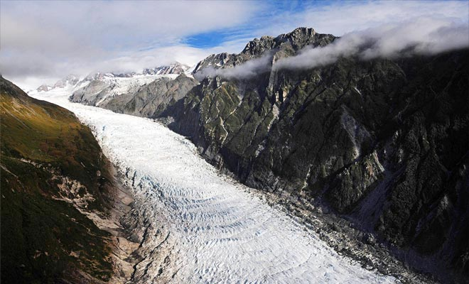 El monstruo de hielo desciende por 13 kilómetros aplastando la roca en su trayectoria.