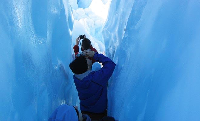 Het verkennen van de blauwe ijsgrotten is het beste deel van het bezoek, je voelt je alsof je onder de zee bent!
