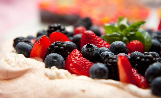 Los neozelandeses y los australianos compiten por la invención de la Pavlova, una receta de merengue con fruta fresca bautizada en honor de una famosa bailarina del siglo pasado. Es el postre tradicional que se sirve en Navidad (que cae en verano en este lado del globo).