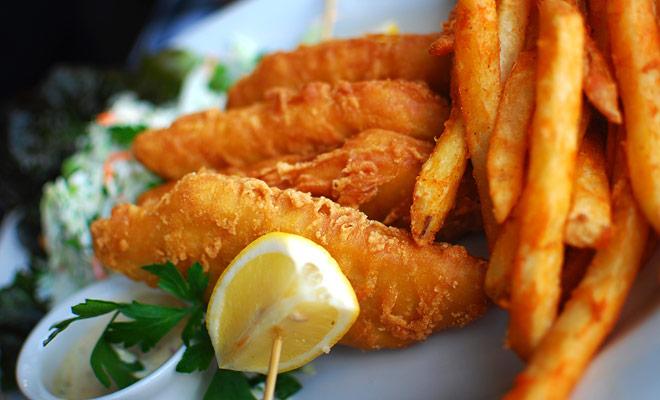 En un país donde el pescado y las patatas fritas o las hamburguesas son tan deliciosas, le resultará difícil no sucumbir a la tentación. Esto es parte de la diversión de las fiestas, y usted estaría equivocado a privarse totalmente de él.
