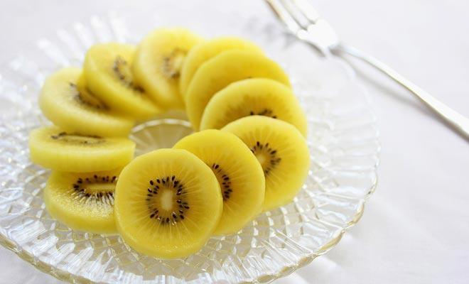 Als u de groene kiwi te overtuigt, moet u de gouden kiwi proberen die een zoeter variant is. Ideaal voor ontbijt!