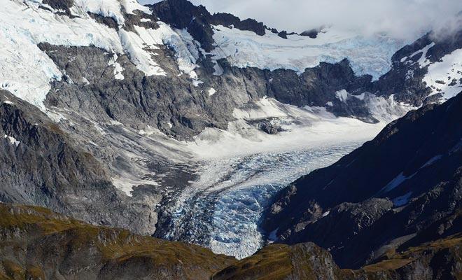 Incluso si avanza sólo unos pocos centímetros por día, un glaciar se transforma constantemente. La presión abre nuevas grietas. Los huéspedes pueden explorar las cuevas de hielo con un guía. Otra buena razón para visitar la West Coast!