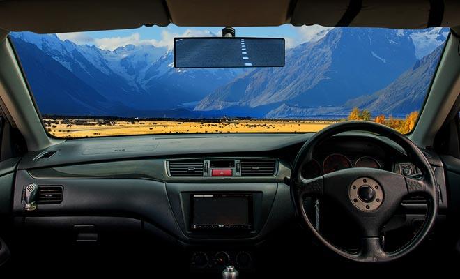 Conducir a la izquierda implica coches con volantes a la derecha. Uno se acostumbra a él muy rápidamente mientras la prioridad permanezca a la derecha.