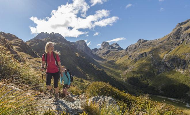 La belleza de los paisajes, la calidad y la variedad de los senderos hacen de Nueva Zelanda el país más hermoso del mundo para hacer senderismo o paseos cortos en el bosque o las montañas.