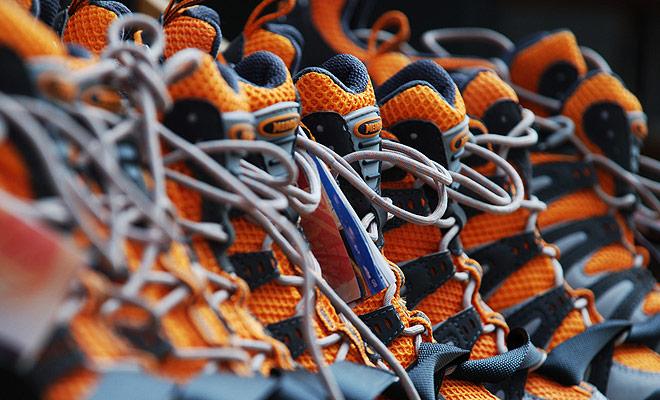Para los zapatos de senderismo, pruebe los zapatos con un tamaño más grande que de costumbre, ya que el pie se hincha al caminar y los calcetines de senderismo son más gruesos que los que usa todos los días.
