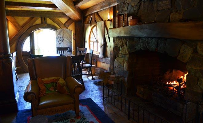 JRR Tolkien beschrijft de Hobbits gaten als zeer comfortabel. Alle interieurdecoraties zijn gebouwd in studio's en u bezoeken ze niet in Hobbiton.