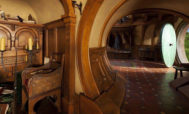 Helaas kunt u de hobbitsgaten niet bezoeken omdat ze leeg zijn. De indoorscènes werden gefilmd in Wellington's Weta-studio.