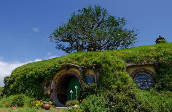 El extremo del bolso es el hogar de Bilbo. Se encuentra en la cima de la colina, bajo un roble replantado por el equipo técnico para respetar las indicaciones de Tolkien.
