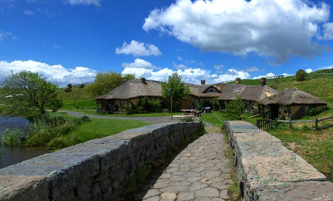 Om de Green Dragon Inn te bereiken, moet u de stenen brug nemen. Als je de film in gedachten hebt, denk je dat je de komst van Gandalf in het dorp herinnert.