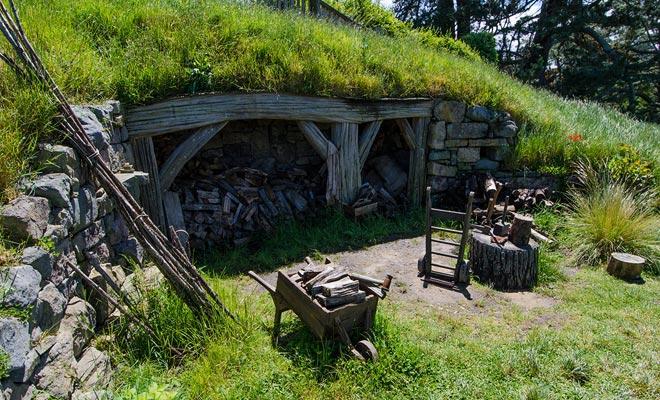 De ontwerpers hebben veel aandacht besteed aan details, en zelfs de voorwerpen op de set zijn op een hobbitschaal gebouwd. Maar gelukkig is Hobbiton niet een recreatiepark, en je ziet geen comedians in kostuum.