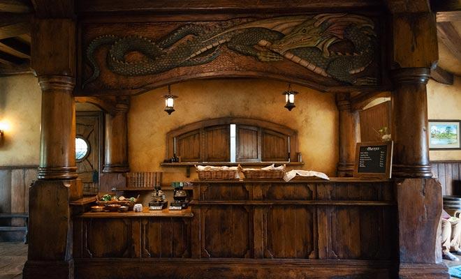 Uw bezoek aan het dorp omvat een drankje in de Green Dragon Inn. Bezoekers kunnen kiezen tussen bier of cider.