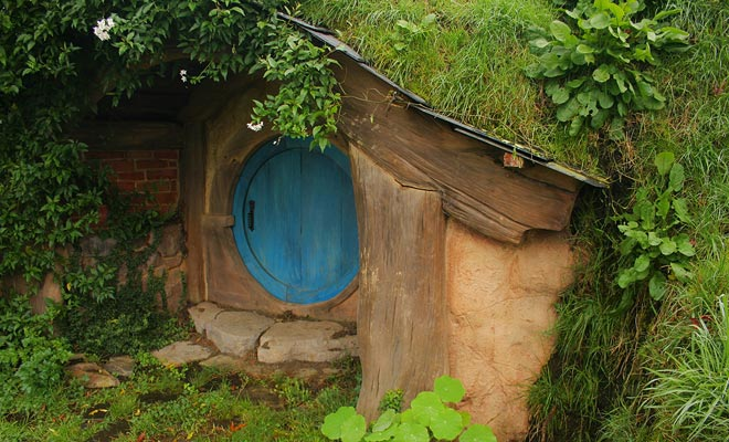 De ronde deuren van de hobbits zijn in verschillende kleuren geschilderd. Dit maakt het mogelijk om de eigenaar van elk gat te identificeren.