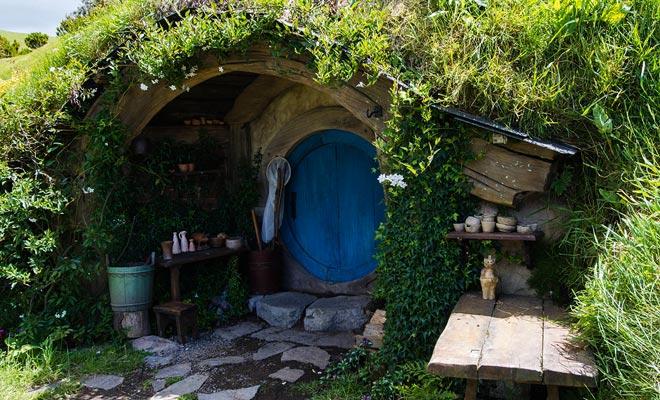 Elk hobbitgat is ingericht volgens de persoonlijkheid of de activiteit van zijn eigenaar. Dit versterkt de indruk van het bezoeken van een echt dorp.
