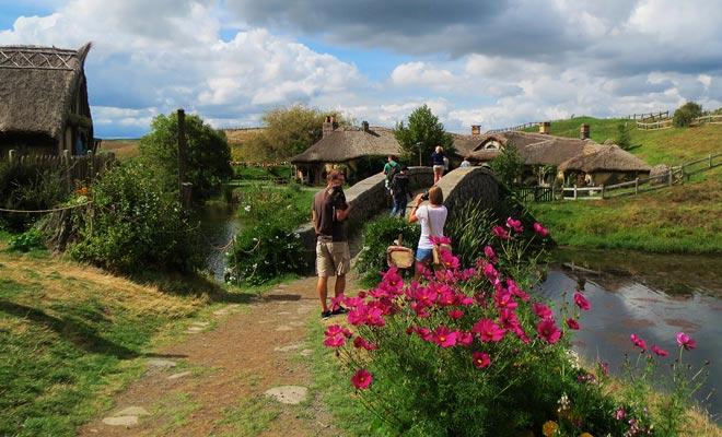 El pueblo de Hobbiton está a poca distancia de Waitomo. Puede visitar ambos lugares el mismo día.