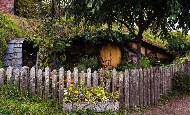 Hoewel de gids je vertelt, is het gemakkelijk om het huis van Sam Gamegie te herkennen aan zijn gele deur.