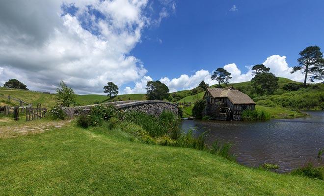De brug en de molen zijn gemaakt van echte steen. Ze verschijnen in de openingsscène van de film wanneer Gandalf in het dorp komt.