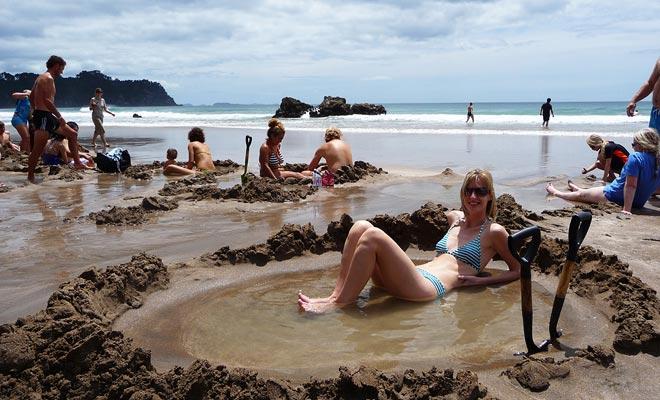 Het bronwater springt op 66 ° C! Het is vaak nodig om het met zeewater te verdunnen voordat u er een voet op kunt zetten. Huur een schop en een emmer ter plaatse.