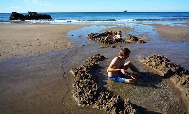 Als er zwemmen in de zomer wordt aanbevolen, is het mogelijk om te baden in elk seizoen, dankzij warmwaterbronnen. Dit is het geval in Hot Water Beach waar je gewoon in het zand moet graven om water te laten stijgen bij 65 ° C!