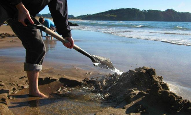 U kunt uw spa met uw handen graven, maar het kost tijd en het brandende water maakt de ervaring nogal pijnlijk. Het ideaal is om een schop te lenen of te huren.