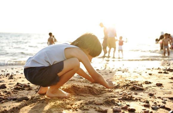 La fuente caliente que fluye por debajo de la playa sólo necesita chorro a la superficie. Sólo darle un poco de impulso para disfrutar.