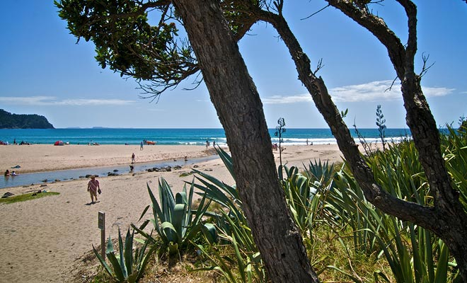 Hot Water Beach es una playa bastante clásica a primera vista, pero esconde un secreto que hace todo su encanto. Una fuente caliente corre debajo de la arena y espera una pala para espuela en la superficie.