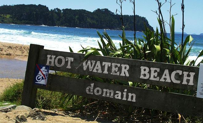 Playa de agua caliente está muy lejos de ser la playa más hermosa de Nueva Zelanda. Pero su resorte termal y su proximidad a Auckland explican su notoriedad.