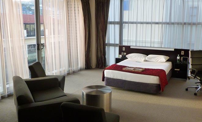 Grandes cadenas hoteleras se han establecido en Nueva Zelanda en las grandes ciudades. El sistema de calificación Qualmark le permite conocer el nivel de servicio que se espera.