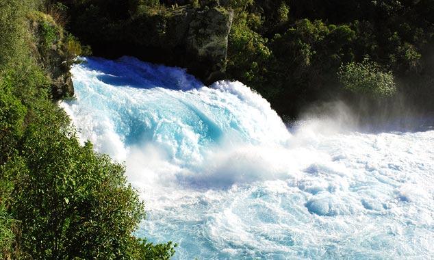 Las Huka Falls son muy poderosas.