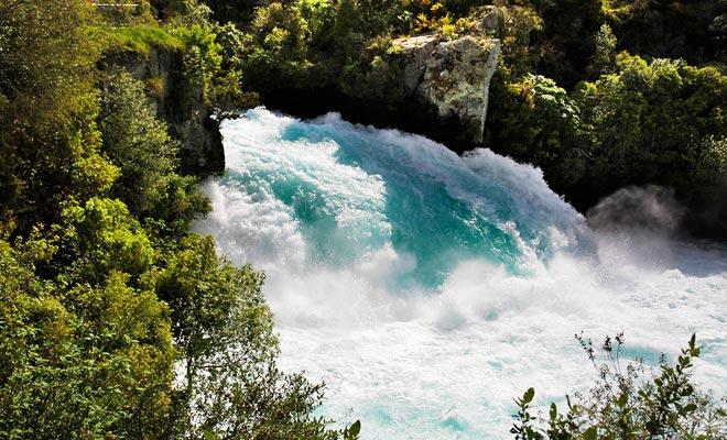 Las caídas de Huka son el resultado de un cuello de botella en el río de Waikato. La caída tiene sólo unos metros de altura, pero su flujo es increíblemente potente.