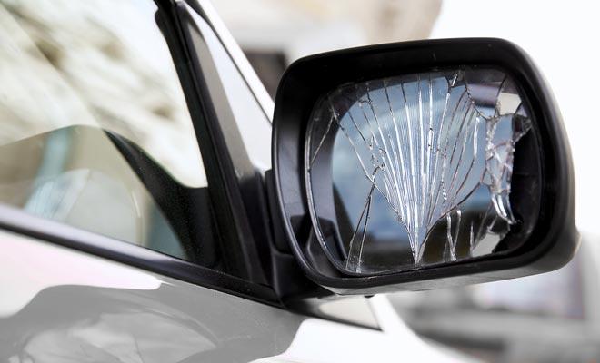 Los daños al parabrisas oa los espejos retrovisores no están cubiertos por el seguro básico. Dado el número de caminos de grava, usted debe considerar la compra de la opción de seguro que cubre las gafas de coche.
