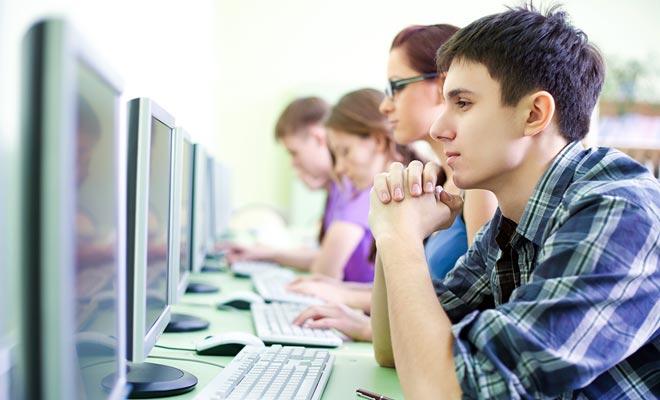 Cybercafés zijn aanwezig, zelfs in dorpen waar soms maar een computer achterin een winkel wordt gevonden.