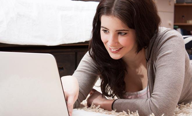 Zelfs als de stroom iets te wensen overlaat, zijn Nieuw-Zeelanders bijna allemaal verbonden met het internet. Tijdens uw werkvakantievisum kunt u zelfs gratis in cybercafés of in de bibliotheken aansluiten.