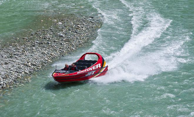 Jetboat fue inventado originalmente en Nueva Zelanda para permitir a la gente acceder a áreas remotas o navegar por ríos poco profundos.