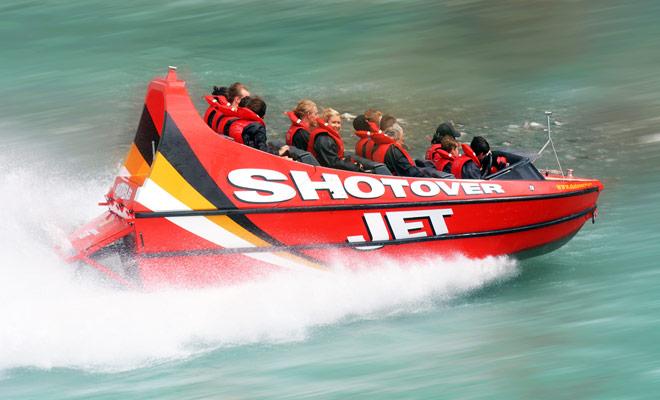 El jet boat se ha establecido fácilmente como una actividad imperdible en Nueva Zelanda. La belleza de los itinerarios (ríos turquesa ...) y la presencia de cañones explican en gran parte el entusiasmo de los viajeros.