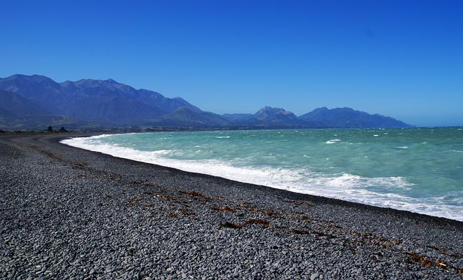 Hay dos guijarros y playas de arena fina en la península.