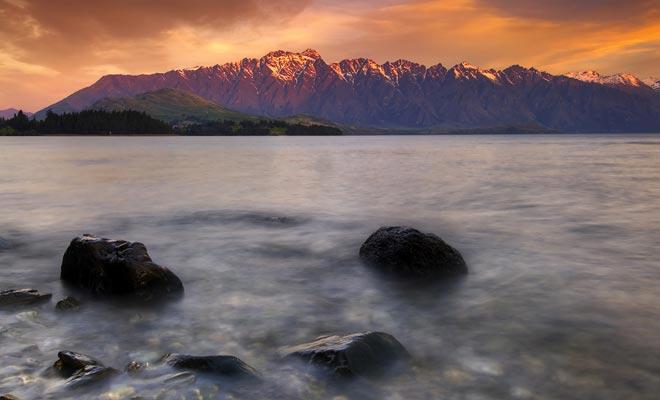 La originalidad de la península de Kaikoura se encuentra en la proximidad entre el mar y la montaña. Es raro poder combinar estos dos paisajes en la misma fotografía. Con la presencia de ballenas en alta mar, uno entiende por qué este pequeño pueblo da la bienvenida a un millón de visitantes cada año.