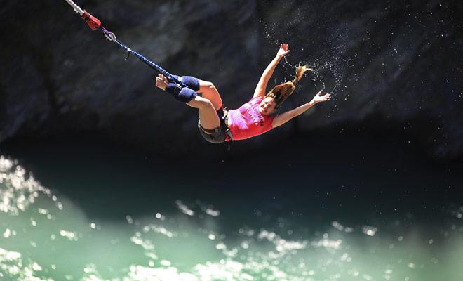 De todos los puntos de salto, los de un río son muy buscados. Si usted decide saltar en el vacío, usted debe hacerlo en un ajuste magnífico.