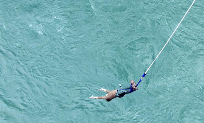 Saltar en el vacío para terminar la caída en el agua y volver inmediatamente en el aire. La experiencia es intensa e incluso los regulares de salto bungy se satisfarán.