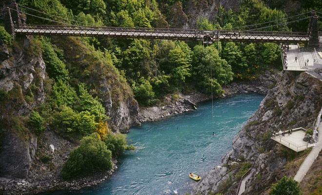 ¿Se atreverá a saltar de la parte superior del puente del río Kawarau para una caída de 43 metros que terminará en el río? Porque antes de que el elástico le traiga de nuevo al cielo, usted se zambullirá en el río por apenas un segundo.