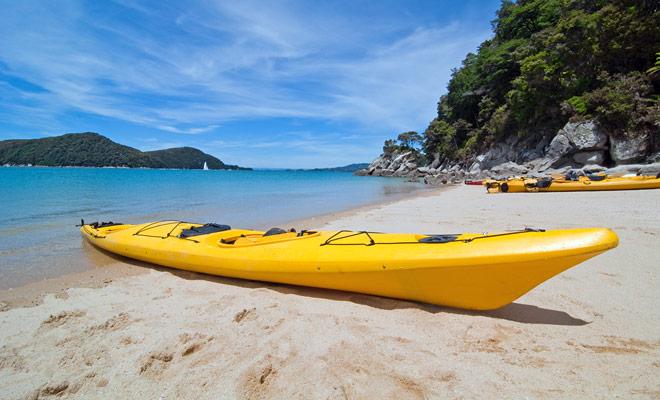 Kajakken is een van de meest toegankelijke sporten in Nieuw-Zeeland, omdat de omstandigheden ideaal zijn. De zee is meestal stil, mooi landschap en water, net bij de juiste temperatuur.