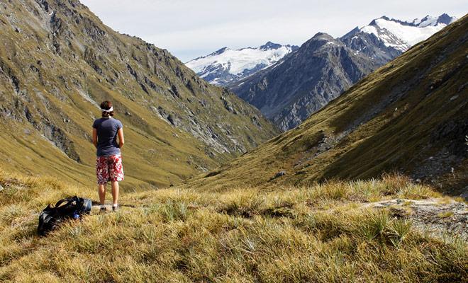 Si bien es relativamente fácil quedar atrapado en una parada en Nueva Zelanda (el kiwi a menudo se detiene), a veces es necesario esperar más de dos horas en las áreas desiertas de la Isla Sur. Proporcionar equipo de camping en caso de problema se recomienda.