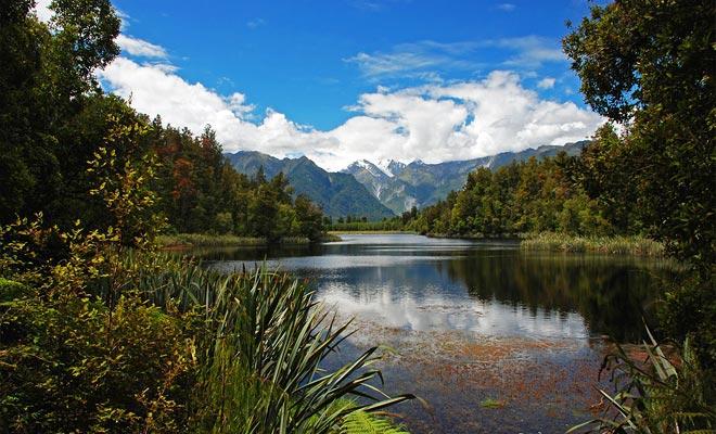 El lago Matheson ocupa el espacio libre después del derretimiento de un gran glaciar hace 14.000 años.