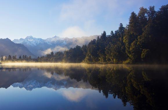 Het donkere water van het meer en de ideale ligging weerspiegelen het hele dal. Het is nog steeds nodig om het goede weer te genieten (nogal zeldzaam in deze regio).