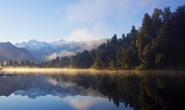 Lago Matheson es famoso por su reflejo perfecto de la montaña.