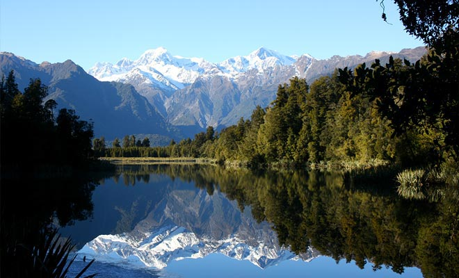 Als de reflectie van het meer perfect is, is het moeilijk om te onderscheiden of de foto ondersteboven of niet is.