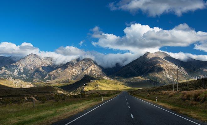 Conducir a la izquierda puede ser una experiencia nueva para usted, y usted debe monitorear constantemente su posición en el lado de la carretera para evitar accidentes.