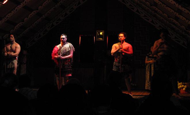 Houd er rekening mee dat dit voornamelijk folkloristische shows betreft, we zullen niet teleurgesteld worden door de performance van de dansers op Maori shows in Rotorua.
