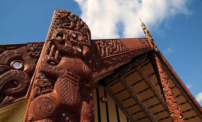 Kijk alleen naar de rijkdom en de hoogte van de decoraties van de maraes van Rotorua om de mate van artistieke perfectie die door de Maori-cultuur wordt bereikt te meten.