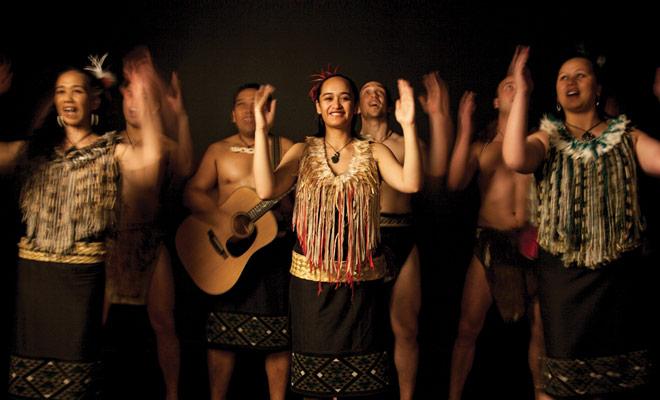 Los espectáculos maoríes en los museos son estéticamente exitosos, pero por supuesto muy formateados ya menudo pagan.